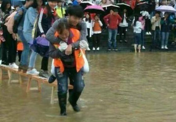 Chinese students scorned after cleaners carry them during floods