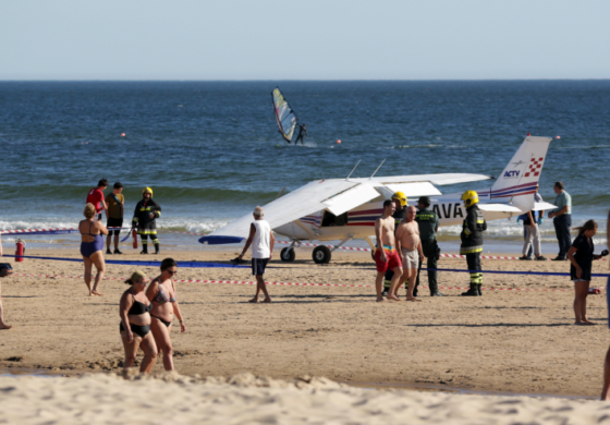 Small plane crash-lands on packed Portuguese beach, kills 2