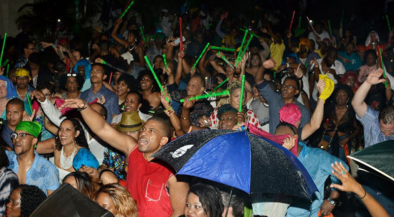 The fete's eager attendees didn't let the evening's slight showers prevent them from experiencing all the action